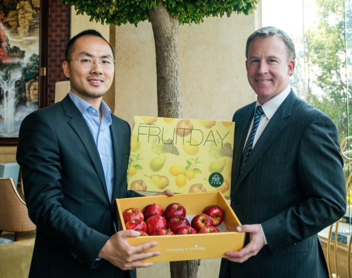 Loren Zhao from China's Fruit Day with Premier Will Hodgman and Tasmanian apples